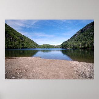 Adirondacksのプリント167のチャペルの池 ポスター