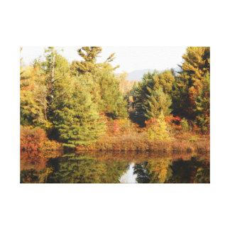 Adirondacksの上部のChubの川の秋場面 キャンバスプリント