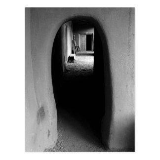 Adobeの通路: 黒く及び白い写真の郵便はがき ポストカード