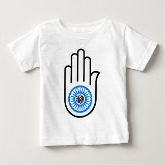 Ahimsaを読むジャイナ教の記号の手および車輪 ベビーTシャツ