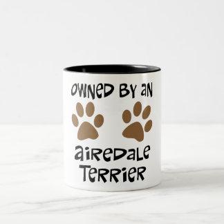 Airedaleテリアによって所有される ツートーンマグカップ