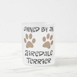 Airedaleテリアによって所有される フロストグラスマグカップ