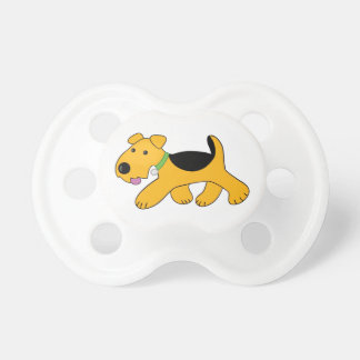 Airedaleテリアの小走りに走る小犬の調停者 おしゃぶり