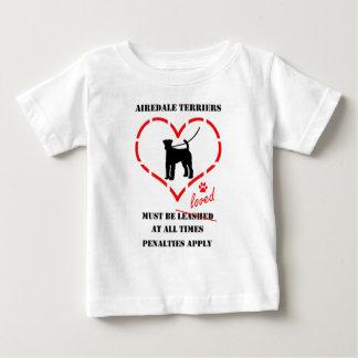 Airedaleテリアは愛されなければなりません ベビーTシャツ