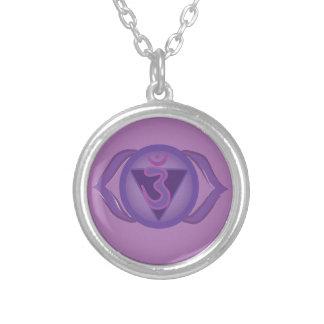 Ajnaの紫色の松果眼のチャクラの円形のネックレス シルバープレートネックレス