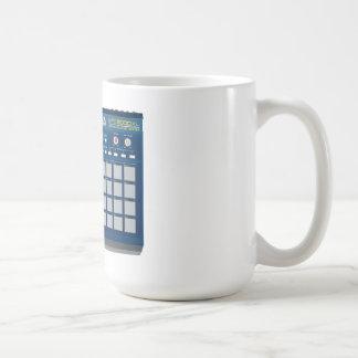 Akai MPC 2000xlのドラム・マシンの青 コーヒーマグカップ