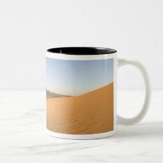 Akakusのサハラ砂漠砂漠、Fezzan、リビア ツートーンマグカップ