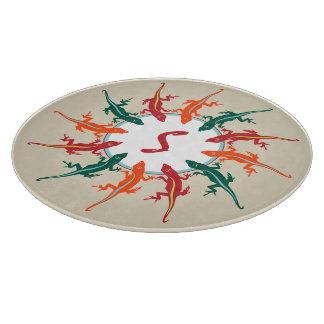 Anoleのトカゲの赤い緑のオレンジモノグラムの カッティングボード