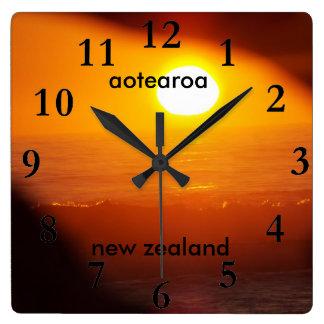 aotearoaのニュージーランドの東海岸の太陽の上昇 スクエア壁時計