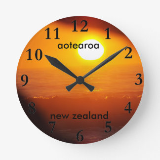 aotearoaのニュージーランドの東海岸の太陽の上昇 ラウンド壁時計