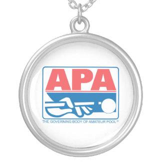APAのオリジナルのロゴ シルバープレートネックレス