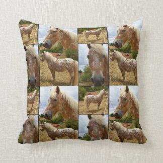 Appaloosaの馬、写真のコラージュの投球のクッション クッション