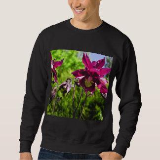 Aquilegia。 プラム紫色の花 スウェットシャツ