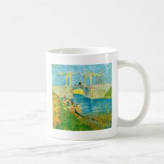 ArlesでLanglois Brigeを絵を描いているゴッホ コーヒーマグカップ