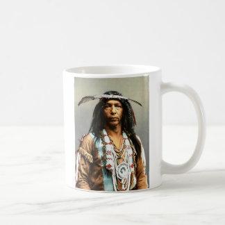 Arrowmaker、勇敢なオジブワ1903年 コーヒーマグカップ