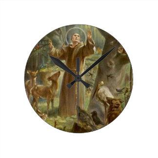AssisiのSt Francisは動物によって囲みました ラウンド壁時計