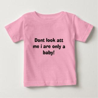attを私見ないで下さいiはただのベビーです! ベビーTシャツ