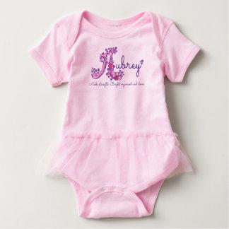 Aubreyの女の子の名前及びAのモノグラムのロンパースを意味すること ベビーボディスーツ