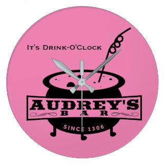 Audreyのバーの柱時計-それは飲み物の時です ラージ壁時計