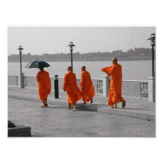 B&Wのタイの僧侶の歩く写真のプリント フォトプリント
