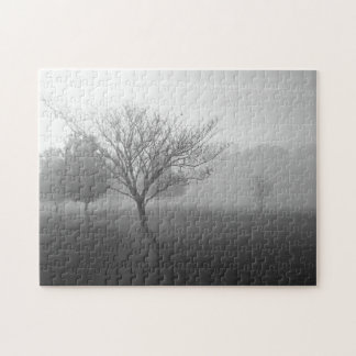 B&Wの霧深い朝の日の出 ジグソーパズル