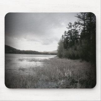 B&W湖の沼地の景色 マウスパッド