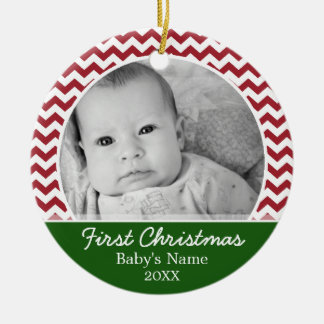 Babysの初めてのクリスマス-赤いシェブロンおよび緑 セラミックオーナメント