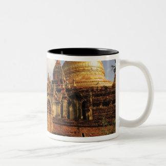 Bagan (異教徒)のDhamma Yazakaの塔、ミャンマー ツートーンマグカップ