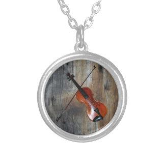 Barnwoodの背景が付いているバイオリンの~の止め枠 シルバープレートネックレス