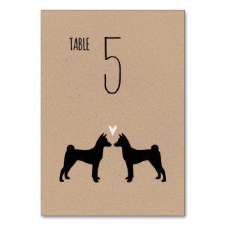 Basenjiは結婚式のテーブルカードのシルエットを描きます カード
