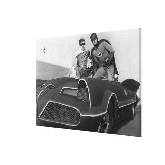 Batmobileに立つロビンおよびバットマン キャンバスプリント