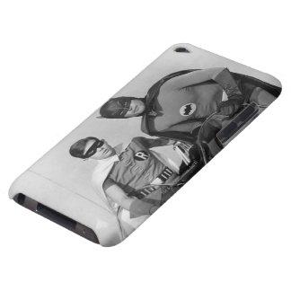 Batmobileに立つロビンおよびバットマン Case-Mate iPod Touch ケース