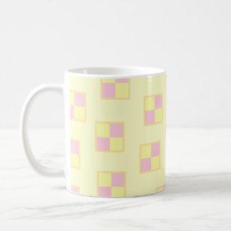 Battenburgのケーキパターン。 ピンクおよび黄色 コーヒーマグカップ