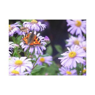 Beautiful Butterfly On Flowers キャンバスプリント