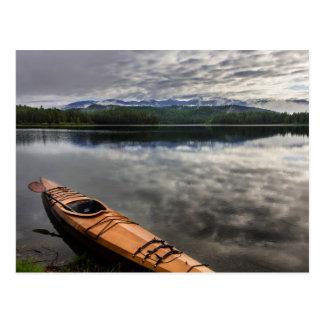 beaver湖の海岸の木のカヤック ポストカード