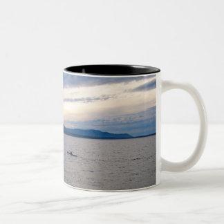 Bellingham湾のカヤック ツートーンマグカップ