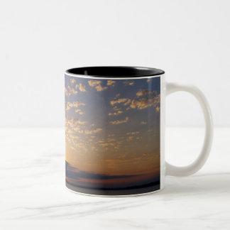 Bellingham湾の日没 ツートーンマグカップ