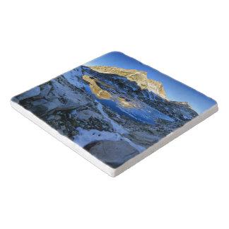 bighorn湖の日の出上のMt Izaak Walton -山脈 トリベット
