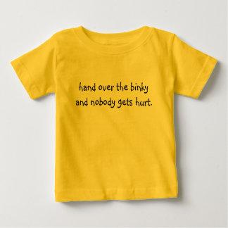 binky引き渡せばだれも傷つきません。 ベビーTシャツ