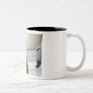 biscottiのCaffeのラテ、白い背景で、 ツートーンマグカップ