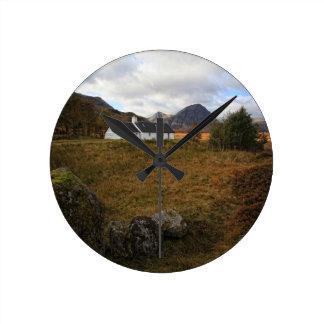 Blackrockのコテージ、Glencoe、スコットランド ラウンド壁時計