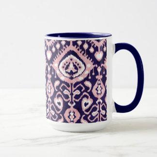 Bohoのシックなピンクおよび海軍イカットの種族パターン マグカップ