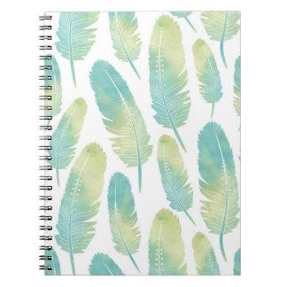 Bohoの羽の水彩画の緑および青パターン ノートブック
