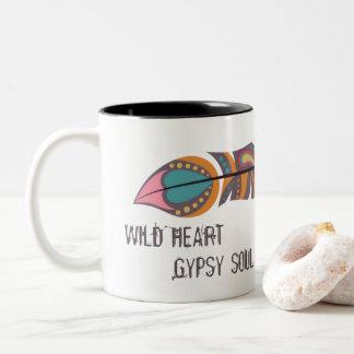 Bohoの羽の野生のハートのジプシーの精神のマグ ツートーンマグカップ