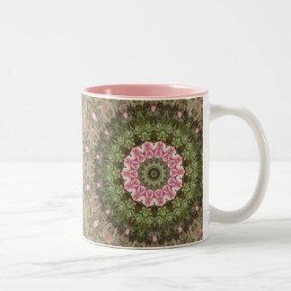 Bohoの花の民族の万華鏡のように千変万化するパターン、ピンクの緑のブラウン ツートーンマグカップ