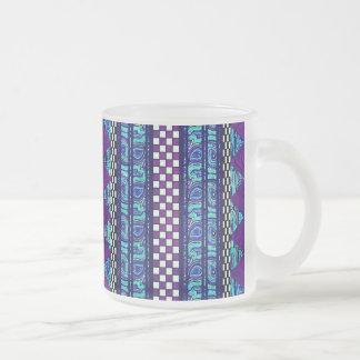 Boho濃紫色の種族のストライプなパターン フロストグラスマグカップ