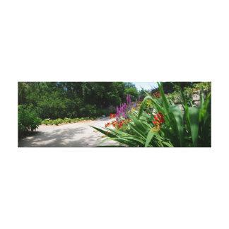 Botanicaの庭は道を影で覆いました キャンバスプリント