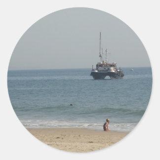 Bournemouhのビーチを離れたボート ラウンドシール