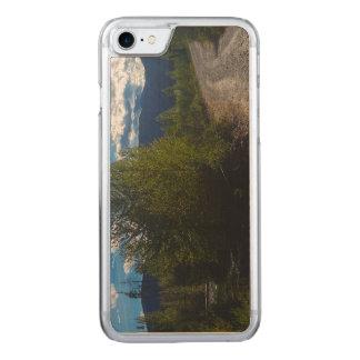 bowman湖のグレーシャー国立公園へのBackroad Carved iPhone 8/7 ケース