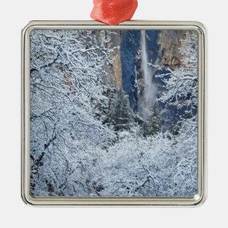 Bridalveilの下の木の新しい降雪 メタルオーナメント